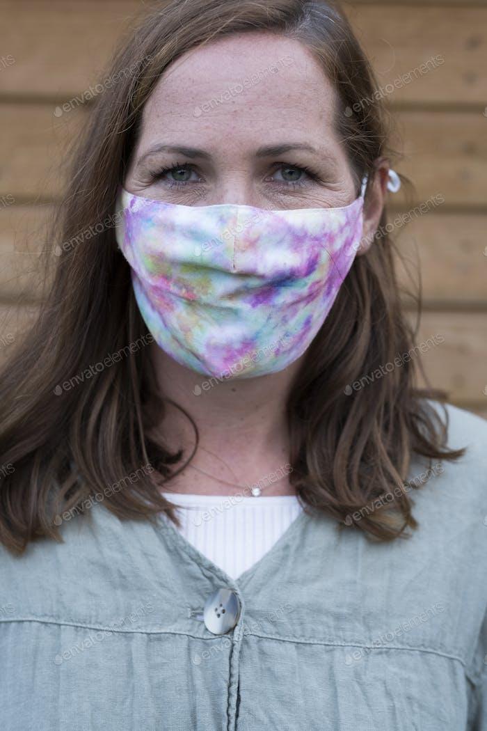 Портрет женщины с длинными волосами брюнетки в маске для лица