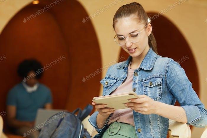 Red de surf para estudiantes en la tableta