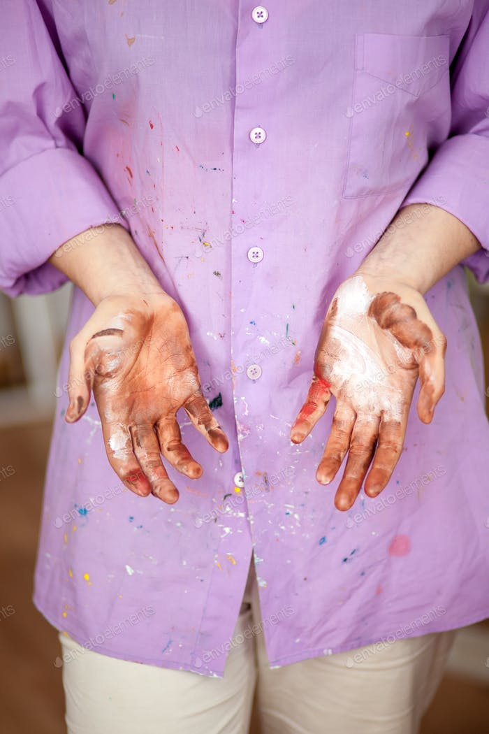 The girl with painted hands