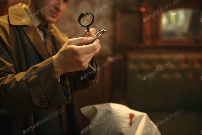 Detective sieht Beweise durch Lupe