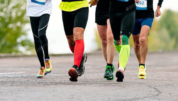 Beine männliche Läufer in Kompressionssocken