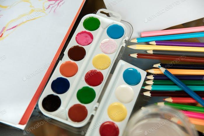 Gebrauchte Aquarell Paint-Box, Pinsel, Bleistifte und Pastelle auf Holz mit Papier