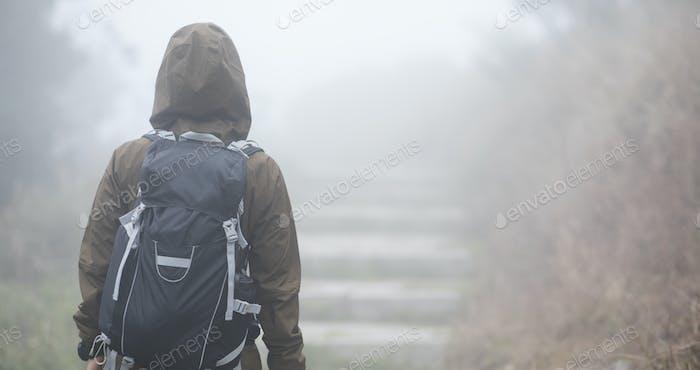 Wandern in nebligen Bergen