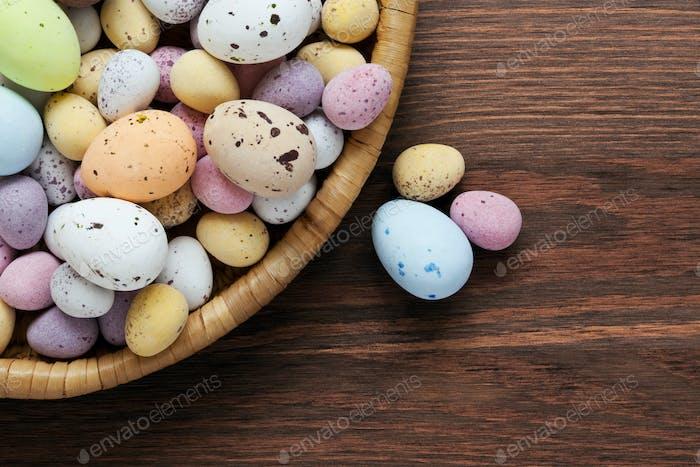 Gefleckte Schokolade Ostereier in einem Korb
