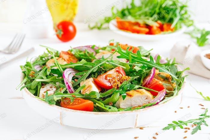 Frischer Gemüsesalat mit gegrilltem Hähnchenfilet, Brust, Tomaten und Rucola