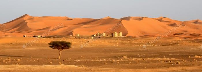 Berberhäuser am Fuße der atemberaubenden Sanddünen von Merzouga