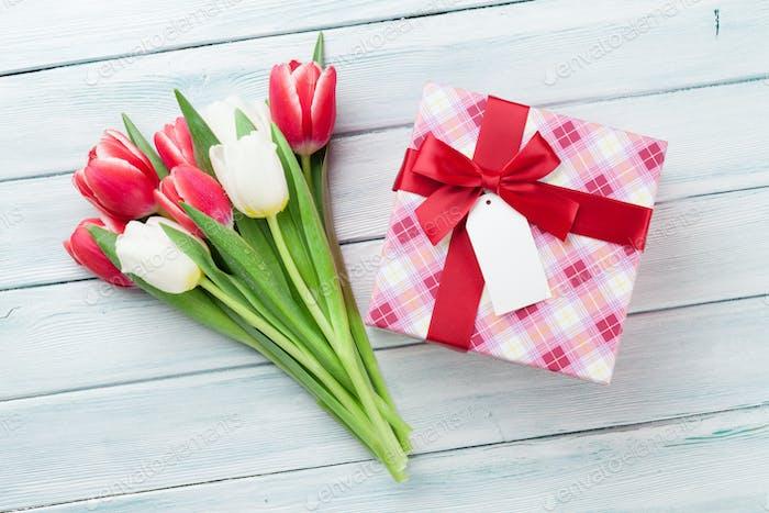 Weiße und rote Tulpen und Geschenkbox
