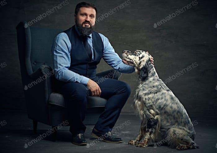Ein Mann und irischer Setter Hund.