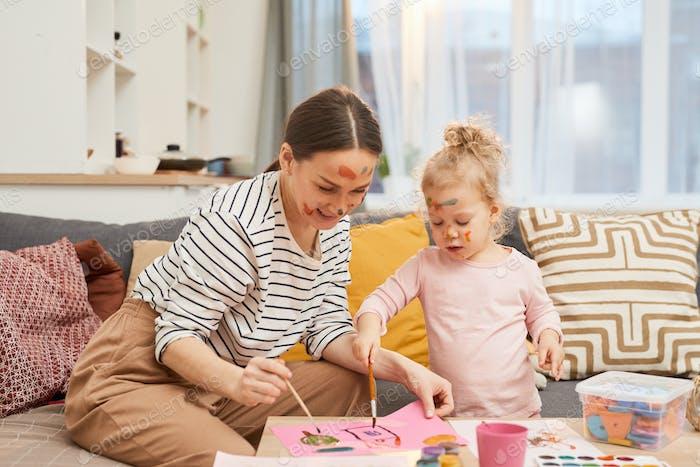 Frau und Mädchen gemeinsam malen