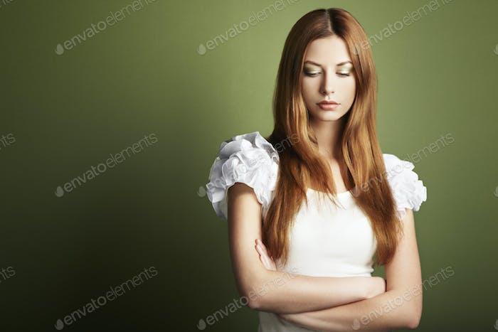 Modefoto einer jungen Frau mit roten Haaren