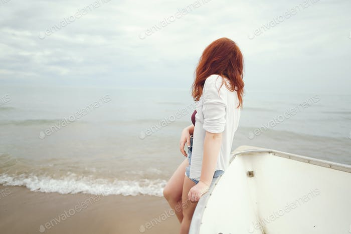 hübsch Mädchen in ein Strand