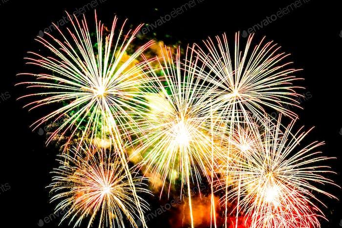 Schönes Feuerwerk am Himmel in der Nacht zum Feier