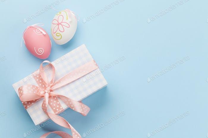 Oster-Grußkarte mit bunten Ostereiern
