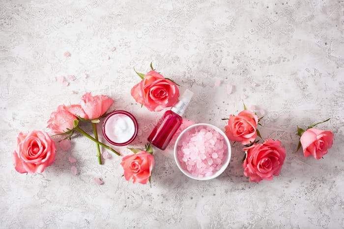 Flaschen Hautpflege-Lotion Serum medizinische Rosenblüten. organische Naturkosmetik