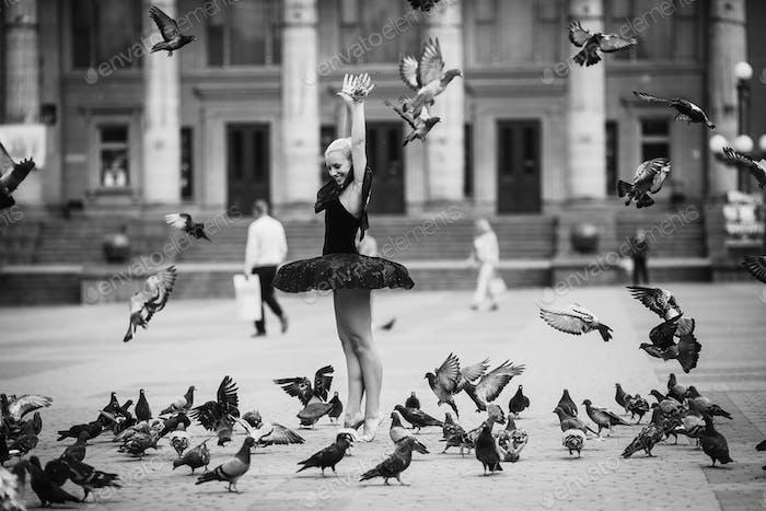 Bailarina posando entre pájaros
