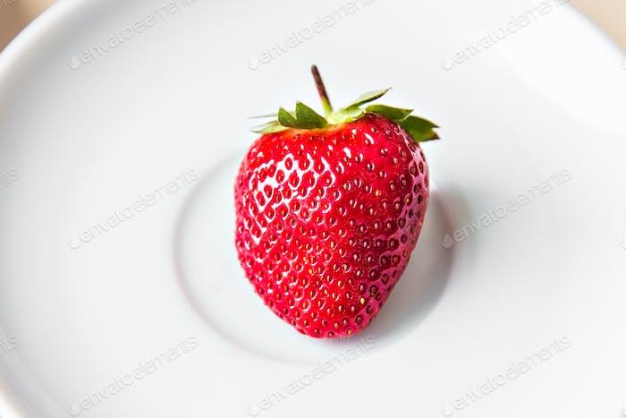 Erdbeere auf einem Teller
