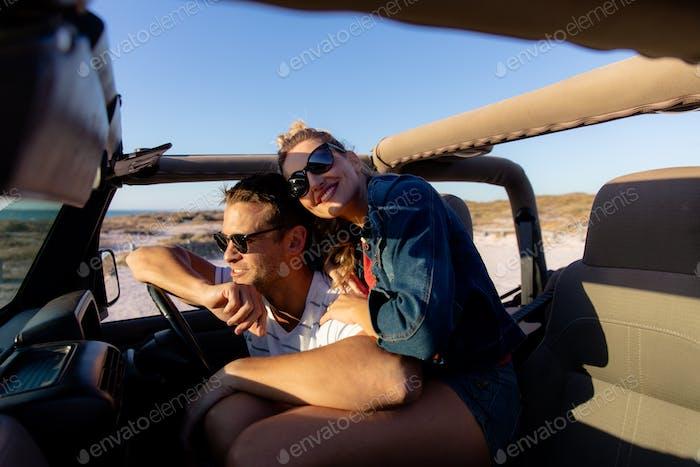Paar in der Liebe in einem Auto