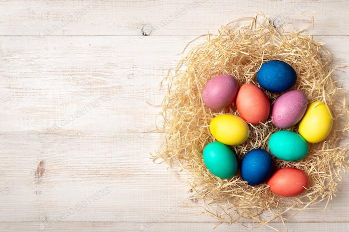 Osterkonzept, Kopierraum, Draufsicht. Bunte Eier