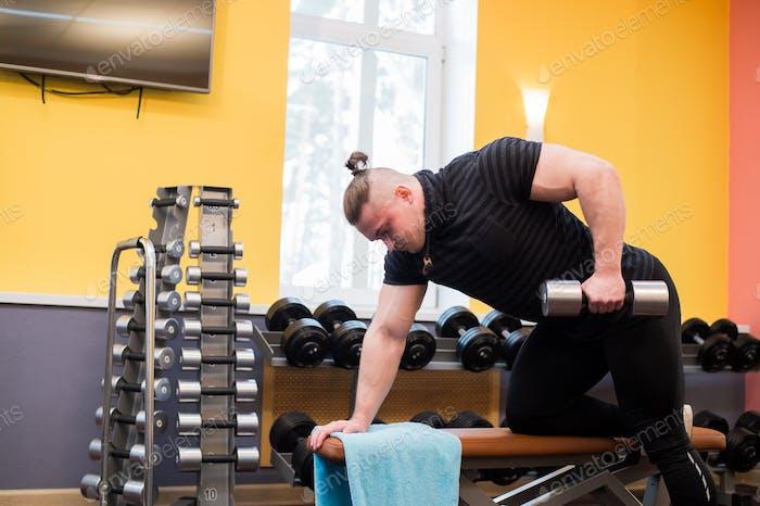 Mann Pull-Up Langhantel Fitnesstraining