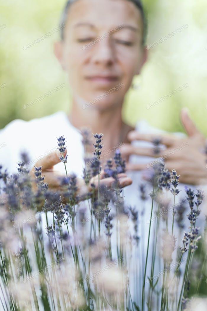 Selbstpflegepraxis in der Natur. Atemübung im Lavendelfeld.
