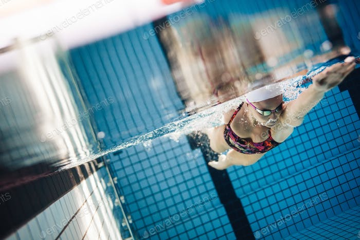 Weibliche Schwimmer in Aktion im Schwimmbad