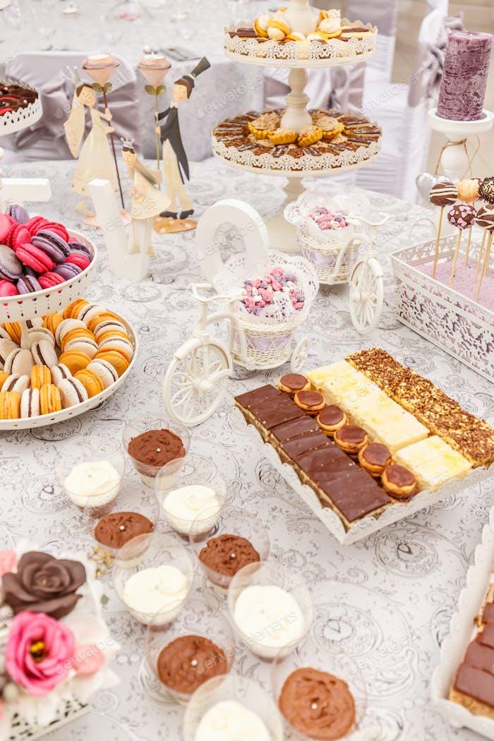 Столик для десертов