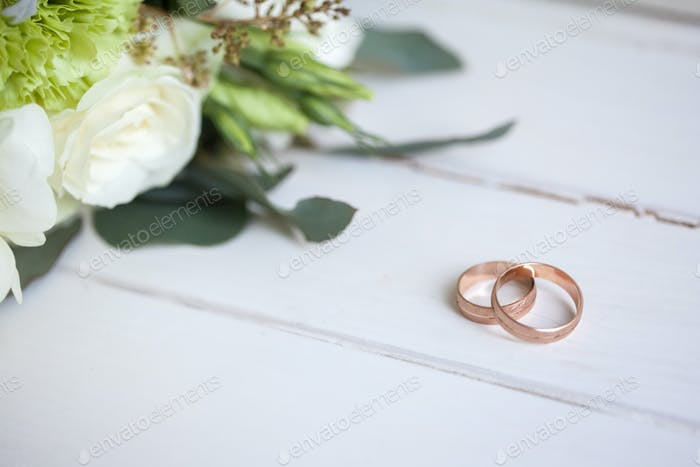 The wedding rings with white roses