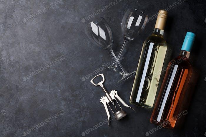 Rose- und Weißweinflaschen