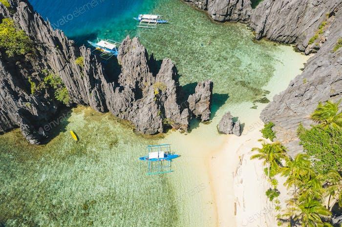 El Nido, Palawan, Philippinen, Luftaufnahme von Booten und Karstlandschaft am Secret Lagoon Strand