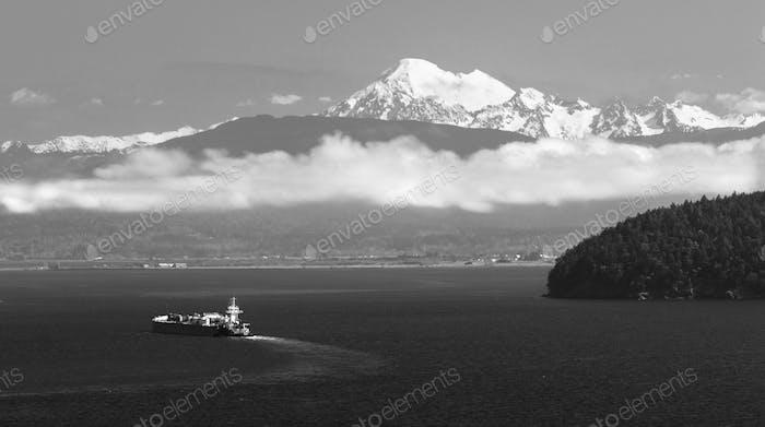 Kraftstofftanker bewegt sich entlang Puget Sound Mt Baker