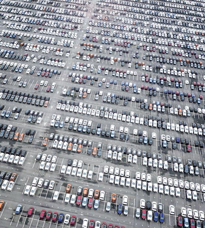 Reihen von Neuwagen auf dem Parkplatz