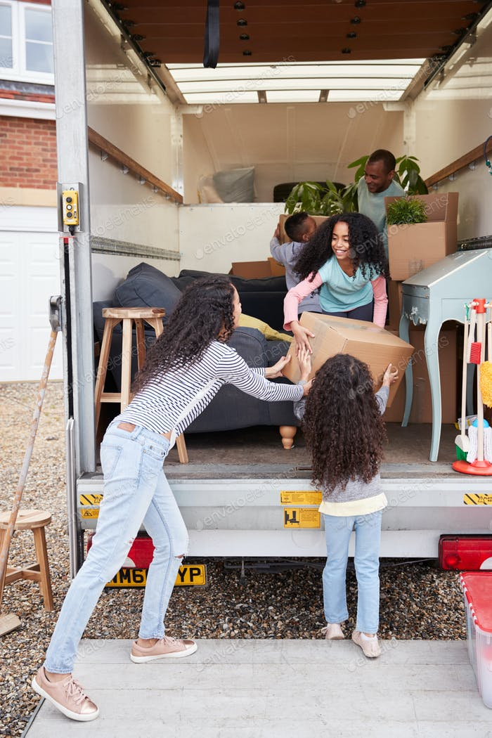 Familie Entladen Möbel aus der Entfernung LKW in neues Zuhause