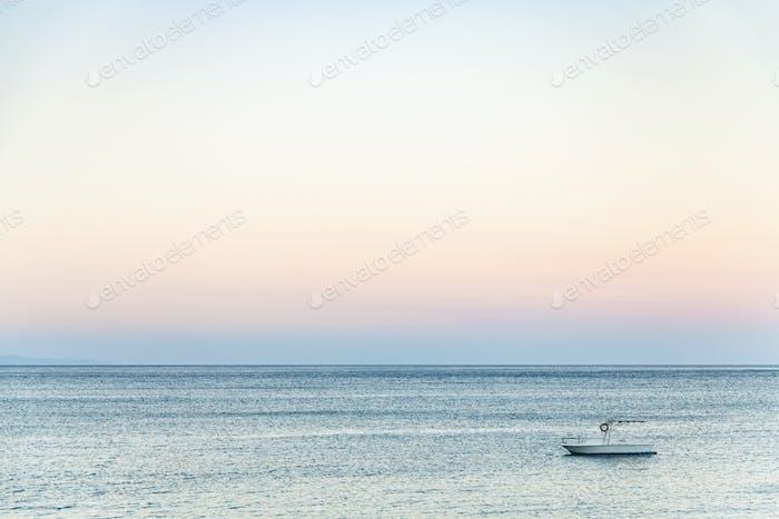 Blick auf das Boot im Ionischen Meer am Sommerabend