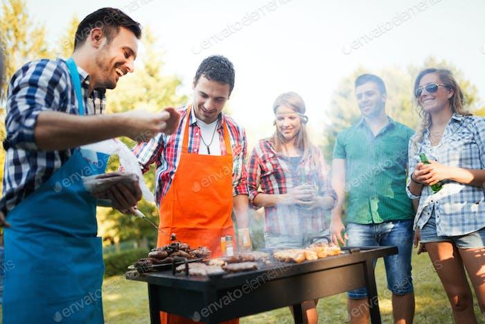 Freunde genießen BBQ Party und Spaß haben