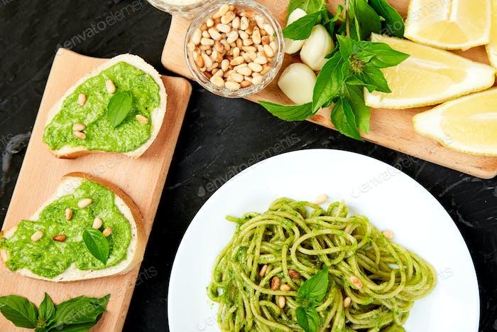Italienische Pasta-Spaghetti mit hausgemachtem Basilikum Pesto