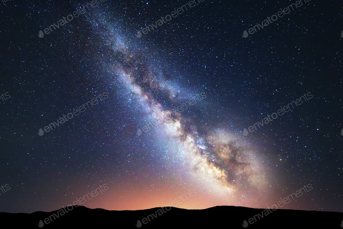 Fantastische Nacht Landschaft mit hellen Milchstraße