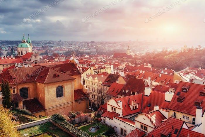 Der Veitsdom und die Dächer von Prag