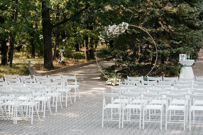 Hochzeitszeremonie mit einem Rundbogen