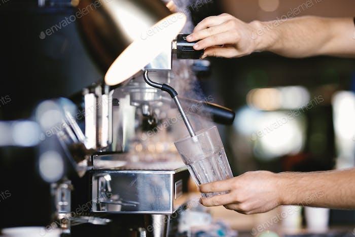 Una Moderno máquina de café cara se muestra en Trabajo en una cafetería Moderno y acogedora