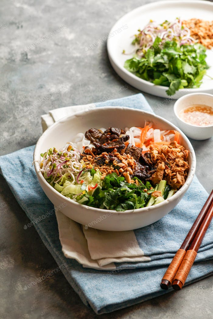 Schüssel mit vietnamesischen Nudelsalat, Brötchen Bo Nam Bo,
