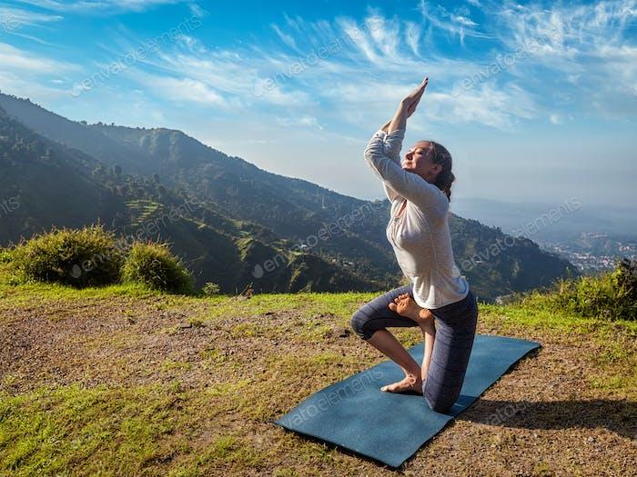Frau tut Ashtanga Vinyasa Yoga fortgeschrittene Asana