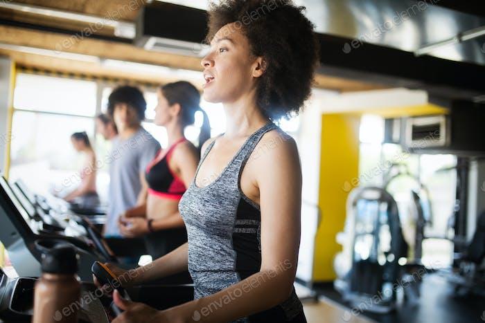 Fit Mujer afroamericana que ejercita en el gimnasio