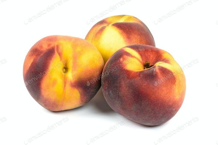 Reife Pfirsiche auf weißem Hintergrund
