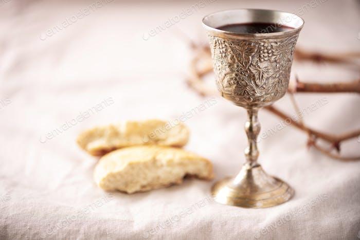 Ungesäuertes Brot, Kelch Wein, Silber kiddush Weinbecher auf Canva Hintergrund. Kommunion Stillleben