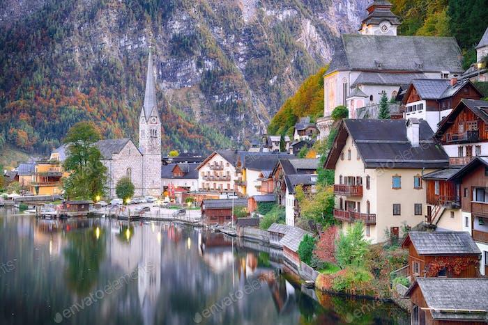 Clásica postal vista de la famosa ciudad del lago de Hallstatt reflecti