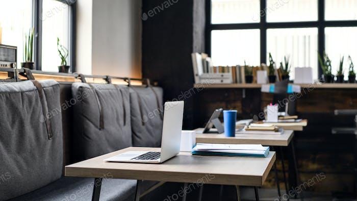Portátiles en escritorios en oficinas modernas vacías