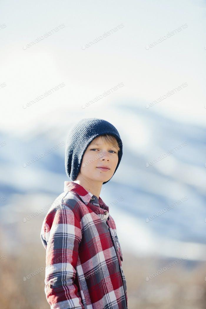 Junge in den Bergen