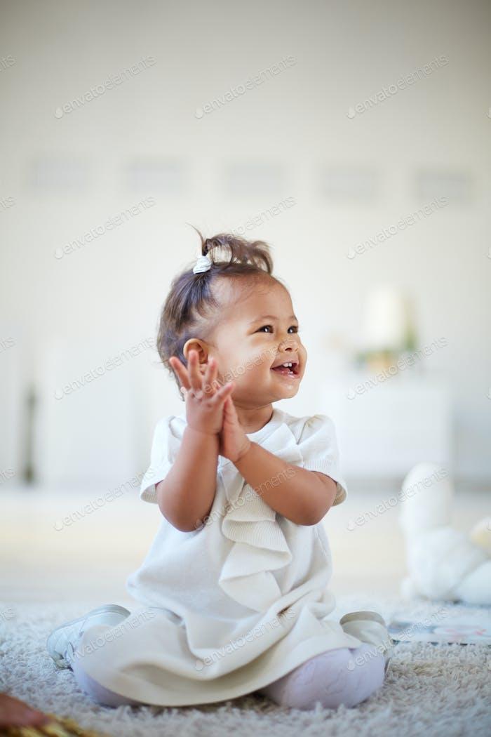 Verspieltes Kleinkind