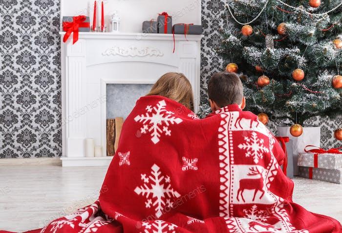 Kinder in Santa Hüte in der Nähe von Weihnachtsbaum, warten auf Feiertage