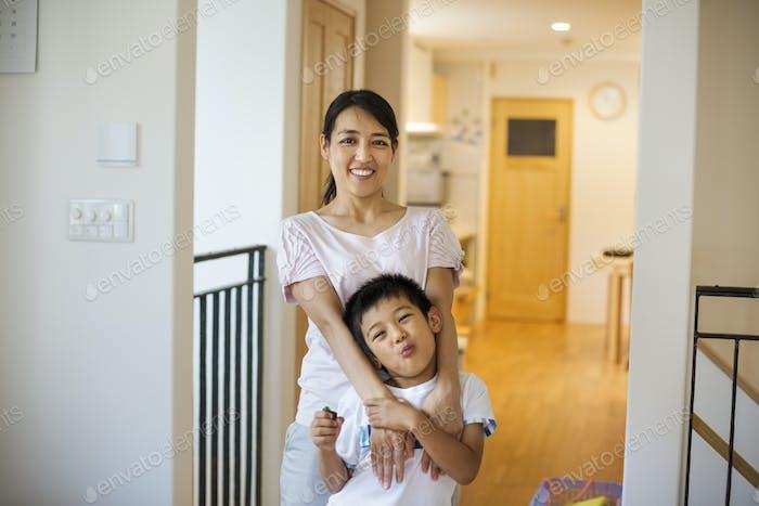Casa familiar. Una mujer y una niña en casa.